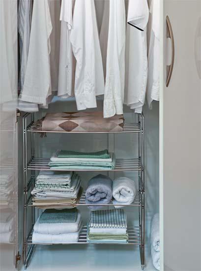 revista decoracao kitnet : revista decoracao kitnet:Guarda-roupa: O inquilino aproveitou o armário do guarda-roupa com