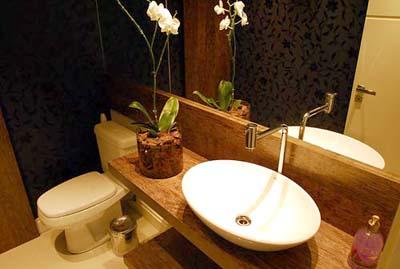 Uso de madeira torna ambiente do banheiro mais aconchegante