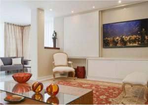 A arquiteta Ana Livia Werdine solucionou o dilema de TV na sala com um painel