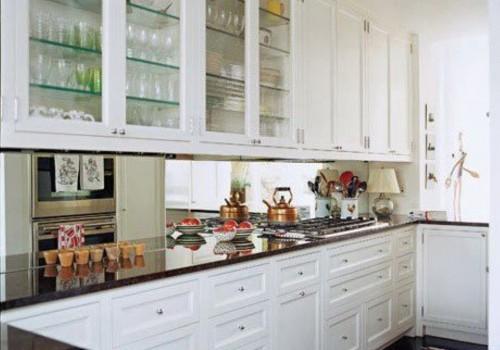 A cozinha é um ambiente que acolhe muito bem a combinação de móveis e espelhos