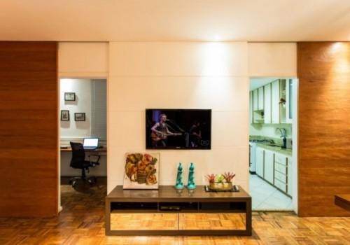 A arquiteta Ivana Seabra substitui as portas por painéis e mudou o ambiente da sala