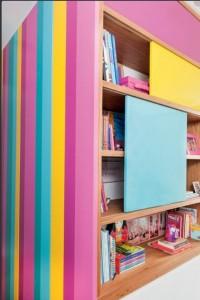 Com espessuras diferentes e acabamento acetinado, as listras camuflam as portas do armário