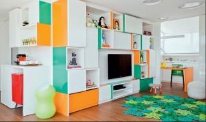 Estante colorida, composta de módulos desnivelados para alegrar o quarto das crianças