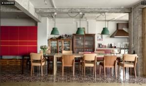 O armário bordô contrasta com a mesa de pínus de oito lugares feita sob medida.