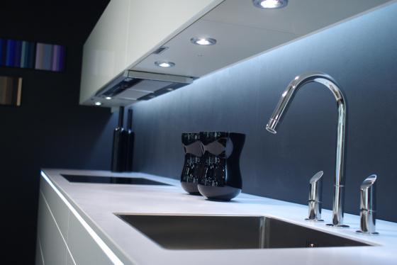Iluminação LED – Utilizar lâmpadas de LED tornou-se imprescindível na decoração. Além de reduzir o consumo de energia, esse tipo de iluminação, quando instalada no interior dos armários, destaca e sinaliza algumas áreas do móvel.